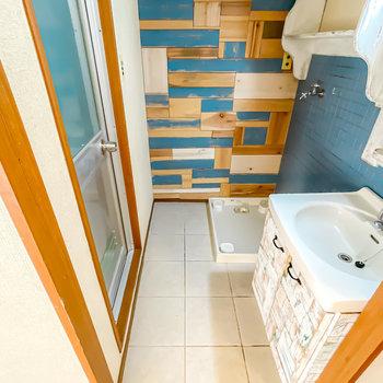 脱衣スペースはひとり分。床は本物のタイル、壁は木材と、手触りを楽しめる設え。