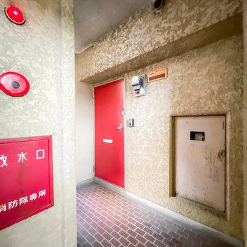 玄関前など共用部は少しレトロ。ですがしっかりと清掃はされている印象でした。
