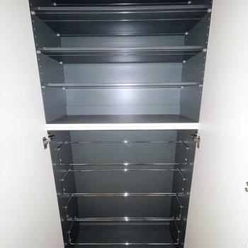 靴箱は1段に3足ほど入る横幅で、天井近くまで高さもあります。下段はワイヤーラックタイプです。