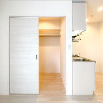 お部屋の角、キッチンの隣には大きなウォークインクローゼットも!