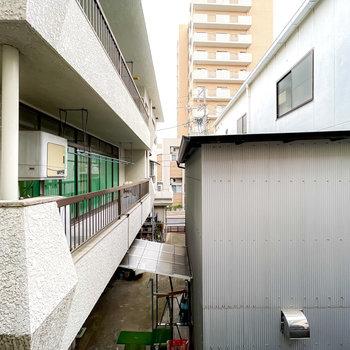 東向きの窓の外も建物に囲まれています。こちらもカーテンを付けられますよ。