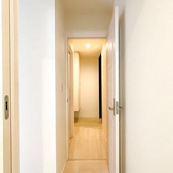 トイレは脱衣所を出て正面のドアを開けて、玄関に出た左側に。