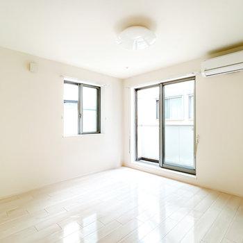 居室は10.5帖とひとりならゆったり暮らせる広さ!二面採光で明るく、風通しも良いんです。