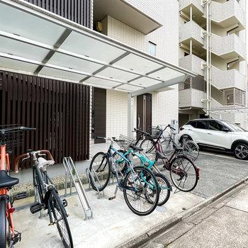 エントランス前には屋根付きの駐輪スペースも設置されています。