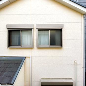 目の前は隣家があるので、カーテンなどで視線対策は万全に。