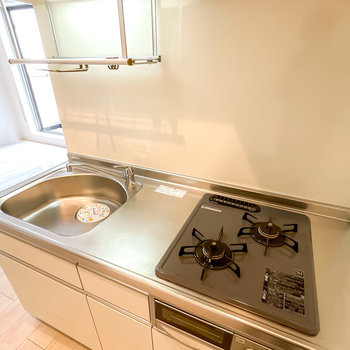 グリル付きの2口コンロだけでなく水切りラックもあり、調理から洗い物までラクになりそう!