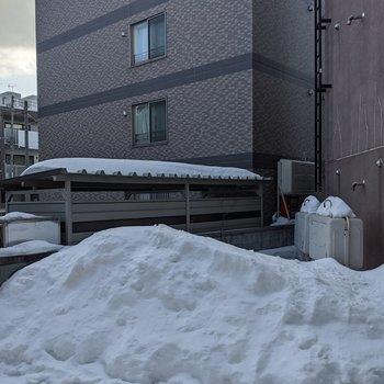 ダイニング側の景色。駐車場が正面です。