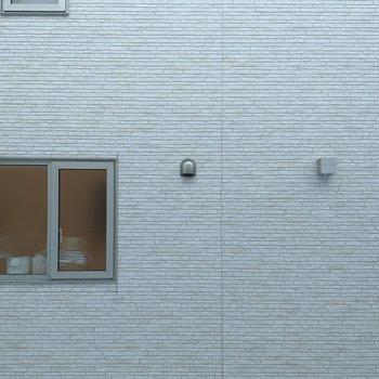 洋室側の窓からの景色。正面は隣の建物です。