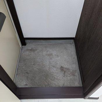 玄関スペースは少しコンパクトです。靴は並べましょう〜。