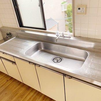 キッチンは作業スペースしっかり!2口コンロを準備しましょう。