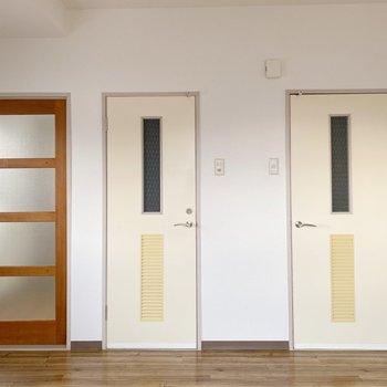 【リビング】洋室を出て右手には2つのドア。右から見てみましょう。