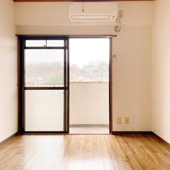 【洋室①】入って左奥の洋室。こちらはエアコン付きです◯