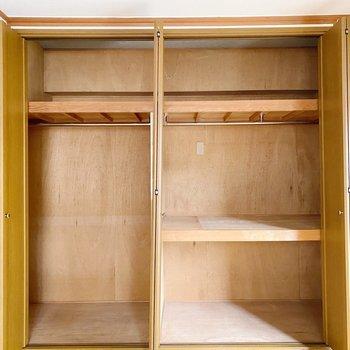 扉は引き戸タイプ。左側はハンガーラック、右側は押入れとして用途に合わせて使い分けましょう。