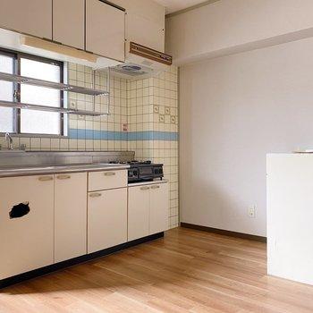 大きなキッチンで料理も捗ります◯タイルもかわいい。(※写真はクリーニング前のものです。)