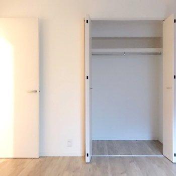 クローゼットは1人暮らしサイズ。ケースを使って上手に収納しよう。(※写真は3階の同間取り別部屋のものです)