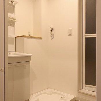 洋室の隣に脱衣所。洗濯機上の棚が便利なんだよな〜(※写真は3階の同間取り別部屋のものです)