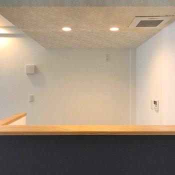 カウンターの天板は木。おうちカフェごっこできますよ!(※写真は3階の同間取り別部屋のものです)