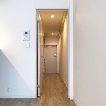 廊下の前には防犯セキュリティ付きで、外出時も安心!(※写真は3階の同間取り別部屋のものです)