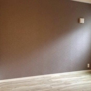 玄関近くにもう1つの洋室。落ち着いた色のクロスで、ぐっすり眠れそう。(※写真は3階の同間取り別部屋のものです)