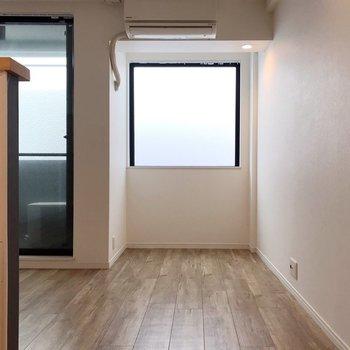 この窓の前にはデスクを置いても、棚を置いてもいいな。(※写真は3階の同間取り別部屋のものです)