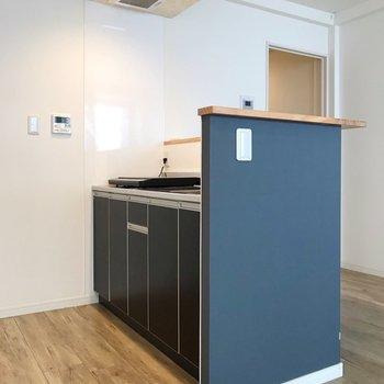 キッチンの扉もネイビーで統一。(※写真は3階の同間取り別部屋のものです)