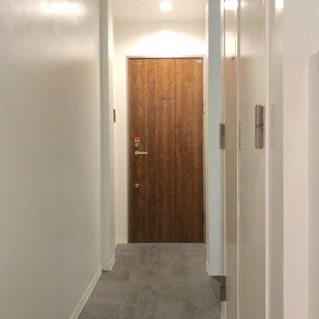玄関扉も木目が素敵。フロア2戸なのも嬉しい!