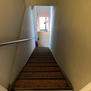 1階まで階段です。階段のステップ、幅がかなり狭いので降りる際は気をつけて。