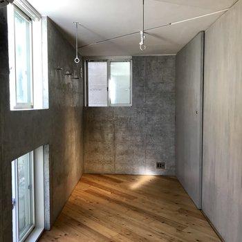 窓が多く、居室内はとっても明るいんです。