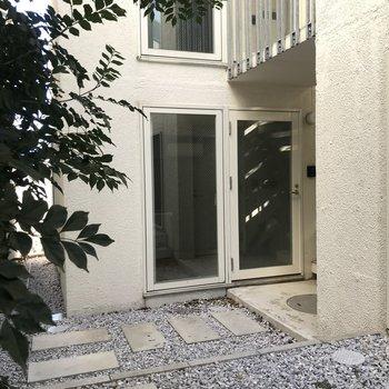 玄関のドアの上は屋根がついているので雨の日でも安心です。