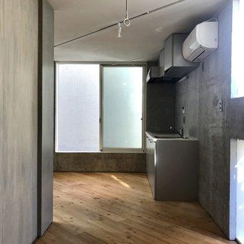 無垢床とコンクリートの組み合わせがカッコいい...!