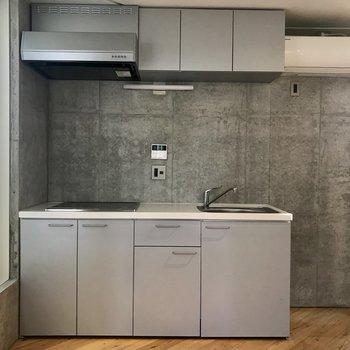 お部屋の角には収納がたくさんあるキッチンがあります。