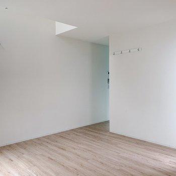 【リビング9.5帖】白壁沿いにテレビかしら。