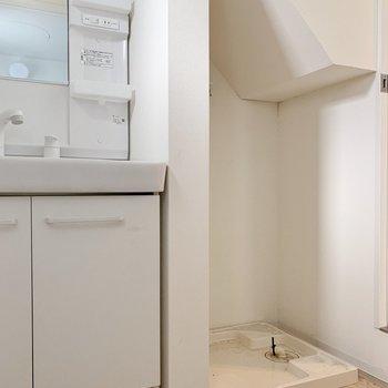 お隣には洗濯機を。壁のデザイン、気に入りました⊿(※写真はクリーニング前のものです)