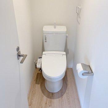 リビングのお隣がトイレ。上部に棚付きでストックもできます。