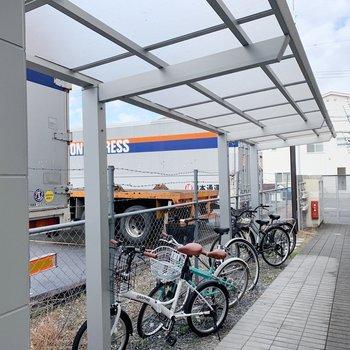 自転車置き場は半屋根つきで雨の日も安心。