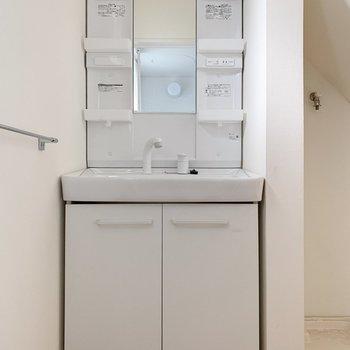 洗面台は収納もしっかりと。朝起きてすぐ洗顔できるのも嬉しい!