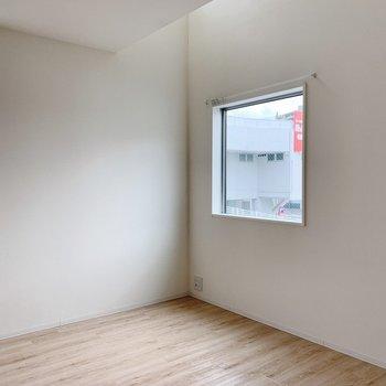 【リビング9.5帖】小窓が多くて、開放的です◎