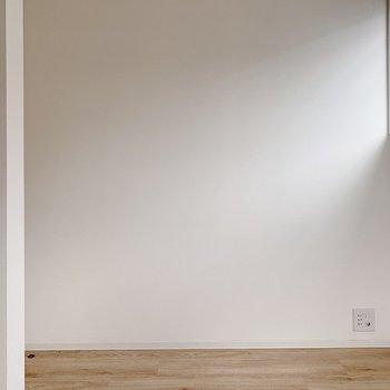 【洋室4帖】小窓の下にサイドテーブルを置きましょ。