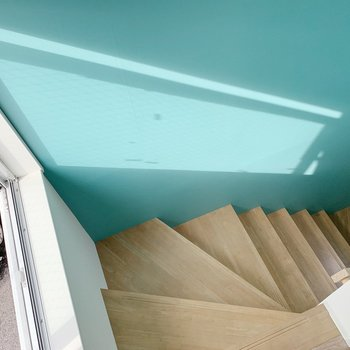 では階段を降りて1階へ。ここにも光が差し込んで気持ち良い。