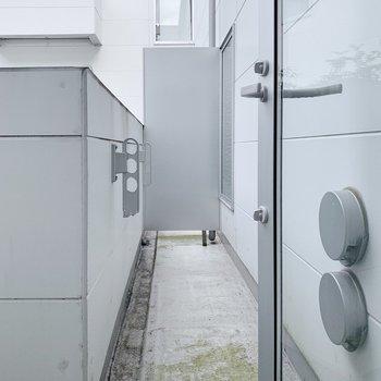 バルコニーは横幅はややコンパクト。洗濯物は難なく干せそうです◎