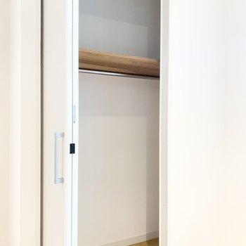 幅は扉より広い!洋服を掛けて収納できます。