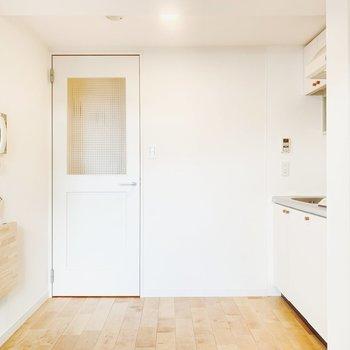 白の扉がキュート。清潔感がありますね。
