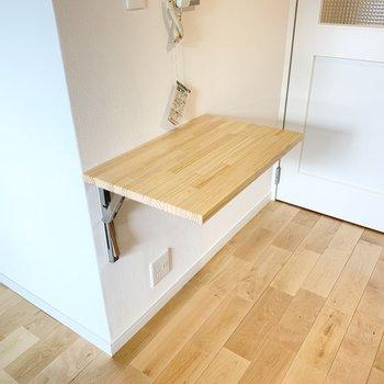 くるっと後ろを振り返ると折り畳める机が。軽食をとったり、調理スペースとしても使えそうです。