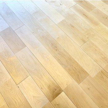 床は無垢材。さらさら気持ち良い〜!