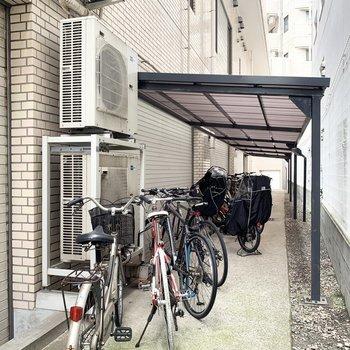 駐輪スペースはエントランス右側にありました。