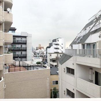 眺望は都会な印象。高い建物がたくさん見えます。
