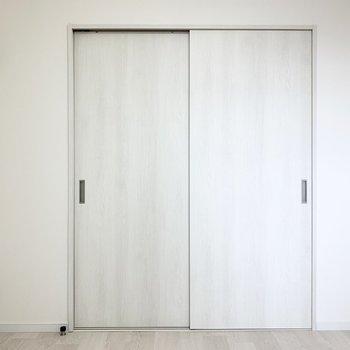 【4.8帖洋室】リビングへも廊下へもいけます。