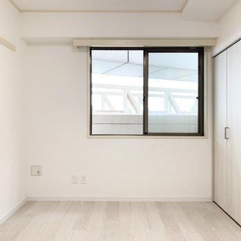【5.7帖洋室】シンプルな内装でいろんな家具がマッチします。