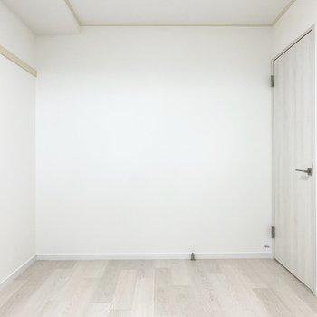 【5.7帖洋室】ベッドは左に寄せて置こうかな。