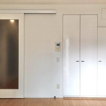 扉も白く統一されています。